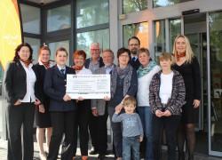 Gruppenfoto der aller Empfänger der Spenden zusammen mit den Mitarbeiterinnen der Volksbank. 3.v.l. Tanja Maischack (Leiterin Kinderfeuewehr)