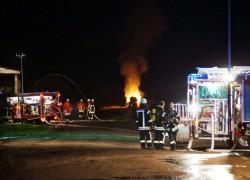 Ein Strohlagerhallenbrand war die Ausgangslage für die große Einsatzübung mit über 90 Einsatzkräften von Feuerwehr, Technischen Hilfswerk und Deutschen Roten Kreuz in Hambühren