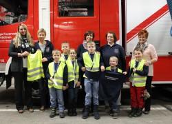 Gruppenbild der Kinder mit den Betreuerinnnen und Frau Kornas und Frau Sbresny von der Volksbank