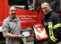 Frank Dammann(links) übergibt den AED an Ortsbrandmeister Carsten Kranz