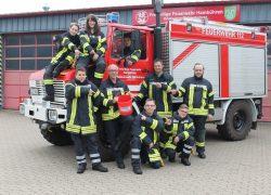 Gemeindebrandmeister Reiner Dralle mit den neuen Mitgliedern.