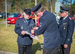 Helmut Brümmer(links) wird vom Ortsbrandmeister aus Haverbeck Hans-Werner Benditte(Mitte) und Gemeindebrandmeister Reiner Dralle(rechts) geehrt für 60Jahre Mitgliedschaft